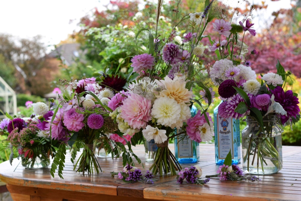 Wedding Flowers Buckets and Bouquets Service, Florists can all the fiddly important bits such as the Bridal Bouquet and Buttonholes........Wedding Flowers Buckinghamshire